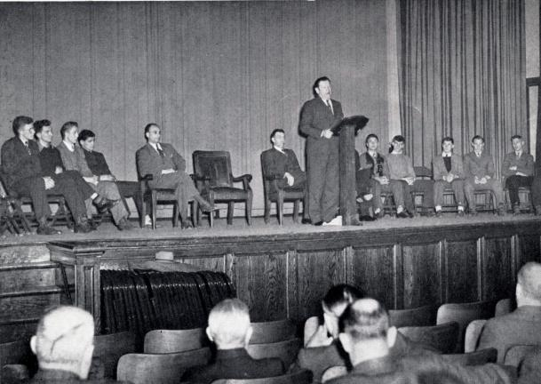 In his visit to Palmerton in 1941, Jim Thorpe addressed the student body, sharing the stage with the school's championship basketball team.